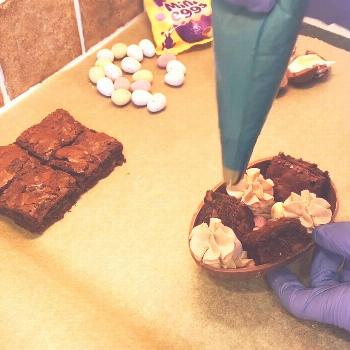 THE MAKING OF A BROWNIE EASTER EGG ! A wee behind the scenes clip
